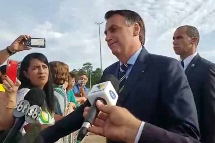 Jair Bolsonaro falou com a imprensa na manhã desta terça, 18 (Foto: Reprodução/Facebook)