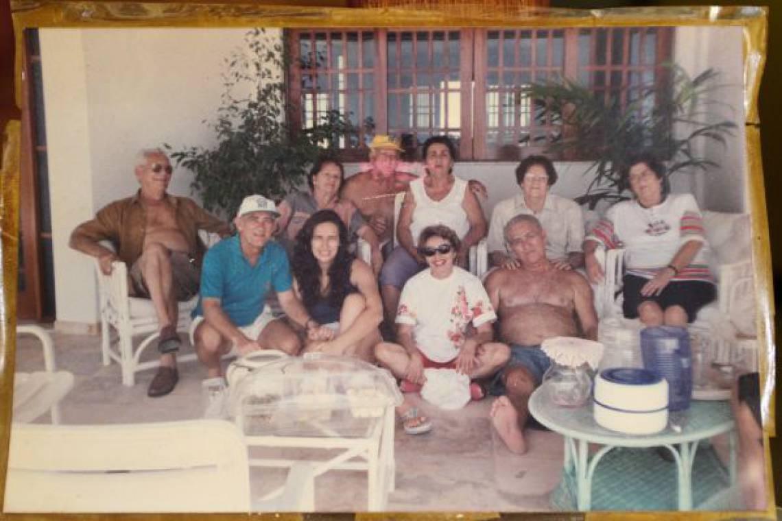 Reprodução de foto do álbum de família de Paulo Orlando Chaves, sobrinho de Renato Aragão. Ele é o primeiro da (e) para (d), sentado ao lado de Renato.