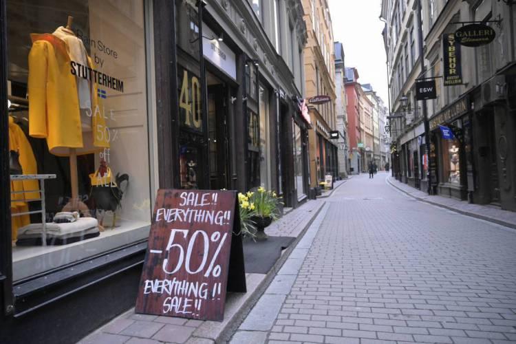 Estocolmo manteve comércio aberto e apostou na adesão voluntária da população, o que deixou a histórica rua Vasterlanggatan vazia em alguns momentos e as lojas sem movimento (Foto: JANERIK HENRIKSSON / TT News Agency / AFP)
