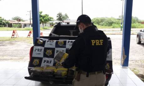 As drogas foram encontradas em um compartimento oculto da picape, que possuía placas do Rio de Janeiro