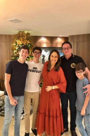 Larissa Coelho e Pedro Neto com os filho do casal