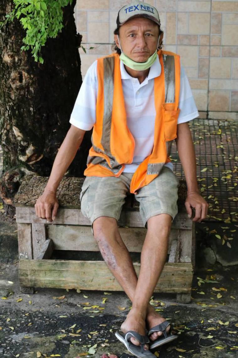 Charles Nascimento, 43 anos, usa a máscara de tecido que ganhou para se proteger do novo coronavírus