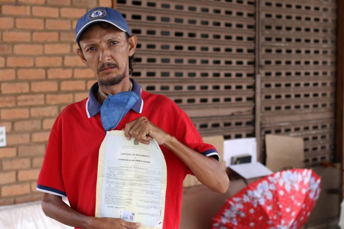 Neto Nascimento, 40 anos, leva consigo a certidão de nascimento