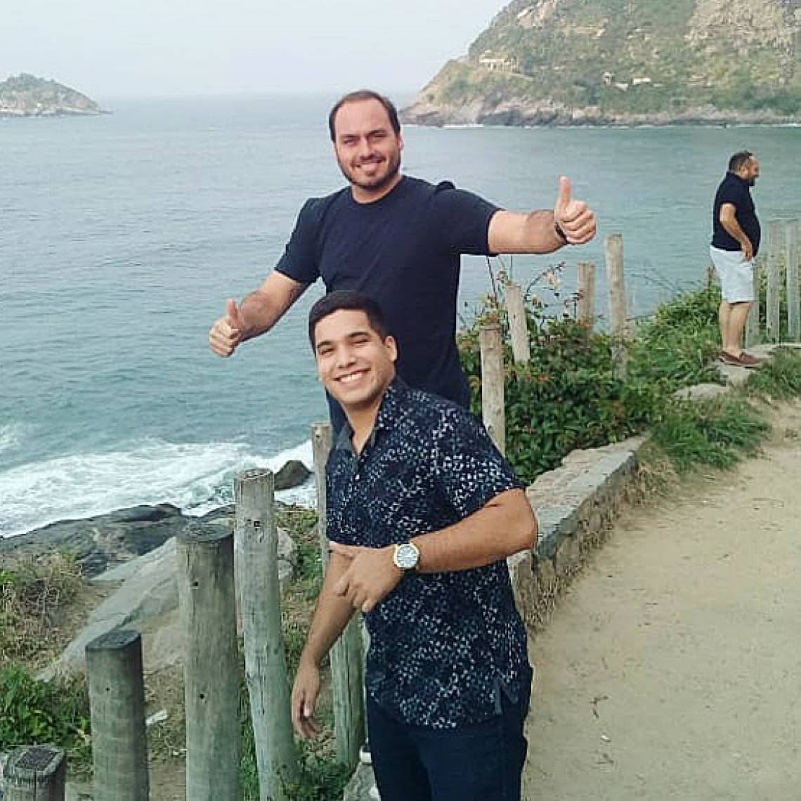 Deputado André Fernandes e vereador do Rio Carlos Bolsonaro