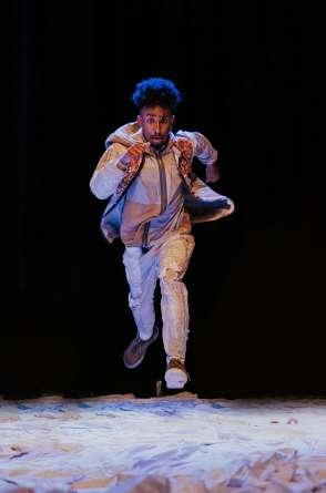 A peça de Jhonny Salaberg retrata o racismo no Brasil