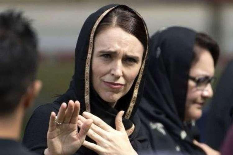 Primeira ministra da Nova Zelândia, Jacinda Ardern, ao visitar a comunidade muçulmana da cidade onde o massacre ocorreu, usando um hijab (véu), em respeito à cultura muçulmana