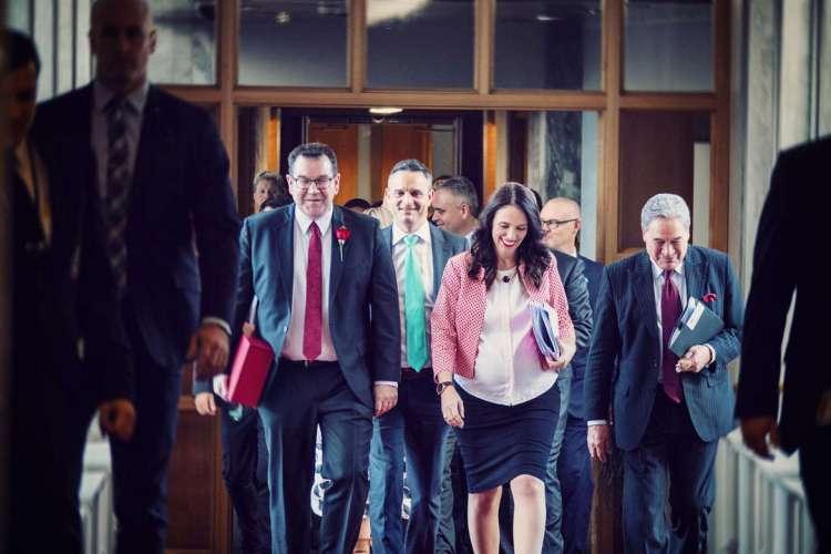 Primeira ministra da Nova Zelândia, Jacinda Ardern, grávida em atividade partidária