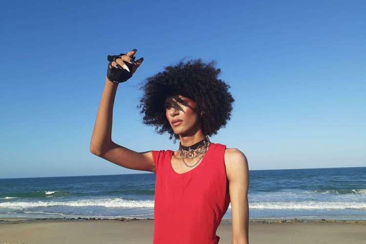 """A artista cearense Mumu, que lançou o EP """"Mergulho"""", é uma das convidadas do conteúdo especial do orgulho LGBTQIA+ produzido pelo Vida&Arte (Foto: Ykaro Andrade / Divulgação)"""