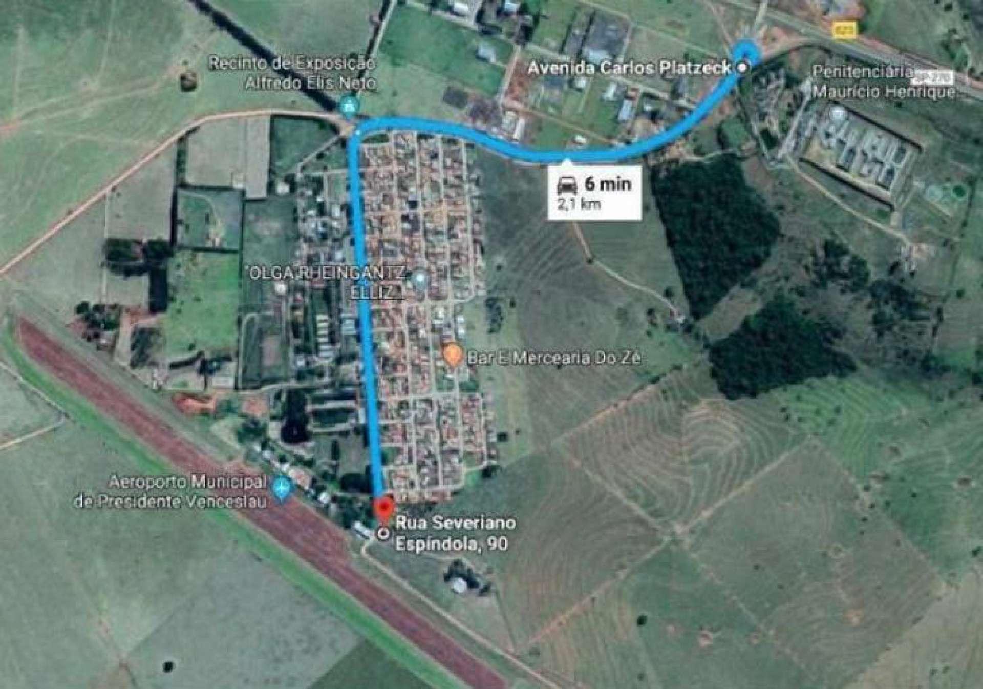 Linha azul, feita pelos investigadores, mostra a distância de 6 km entre a Penitenciária 2 e a pista de pouso que seria usada no plano de fuga de Marcola, em Presidente Venceslau(Foto: REPRODUÇÃO GOOGLE)