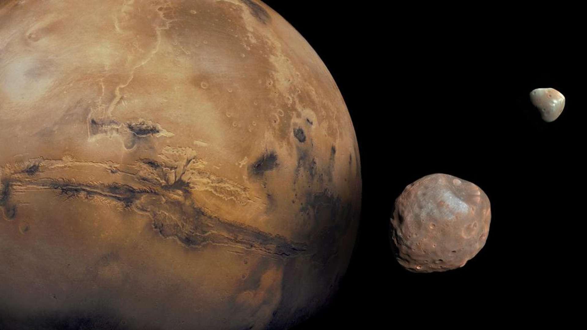 Marte é acompanhado por duas luas com crateras - uma lua interna chamada Phobos e uma lua externa chamada Deimos
