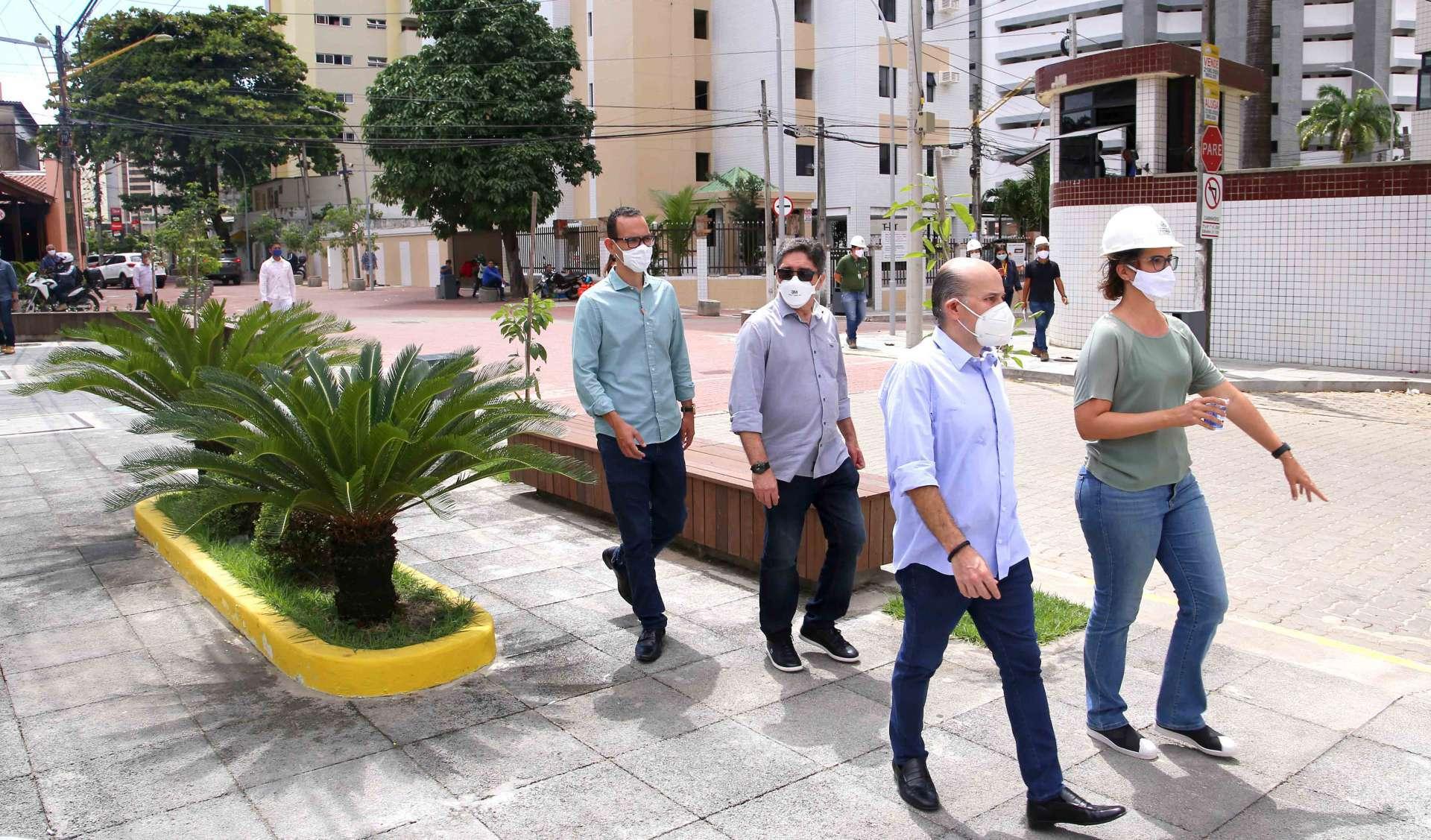 Roberto Cláudio e secretária Manoela Nogueira em visita às obras do Polo Gastronômico da Varjota (Foto: Thiago Gaspar/ Divulgação)
