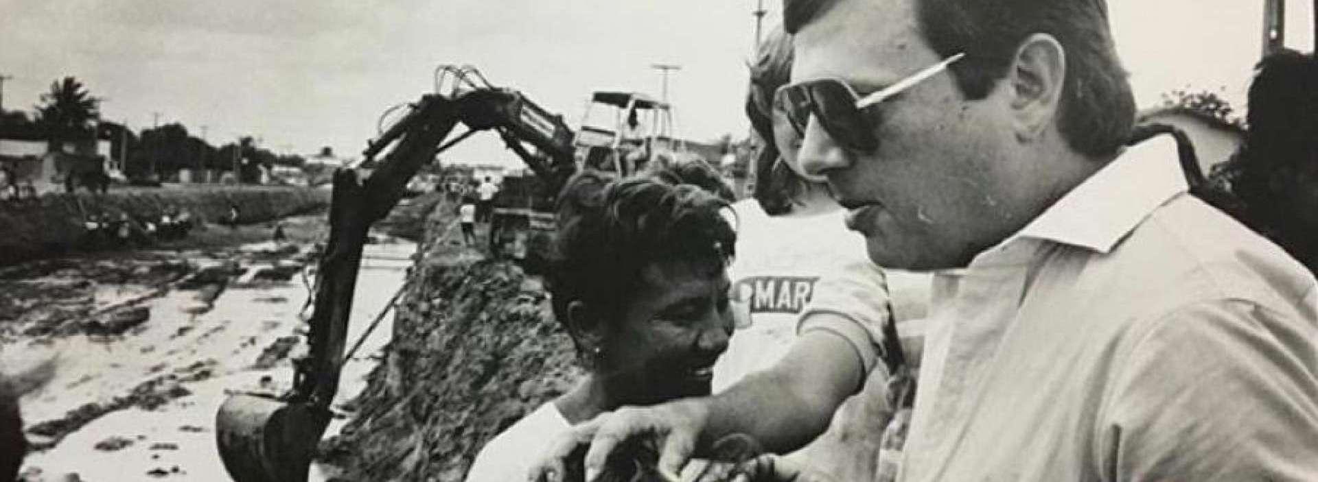 Senador Tasso Jereissati, há três décadas, quando vistoriava obras no Conjunto Ceará