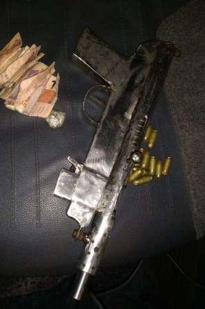 Imagem da arma apreendida em Itaitinga (Foto: Divulgação/PMCE)