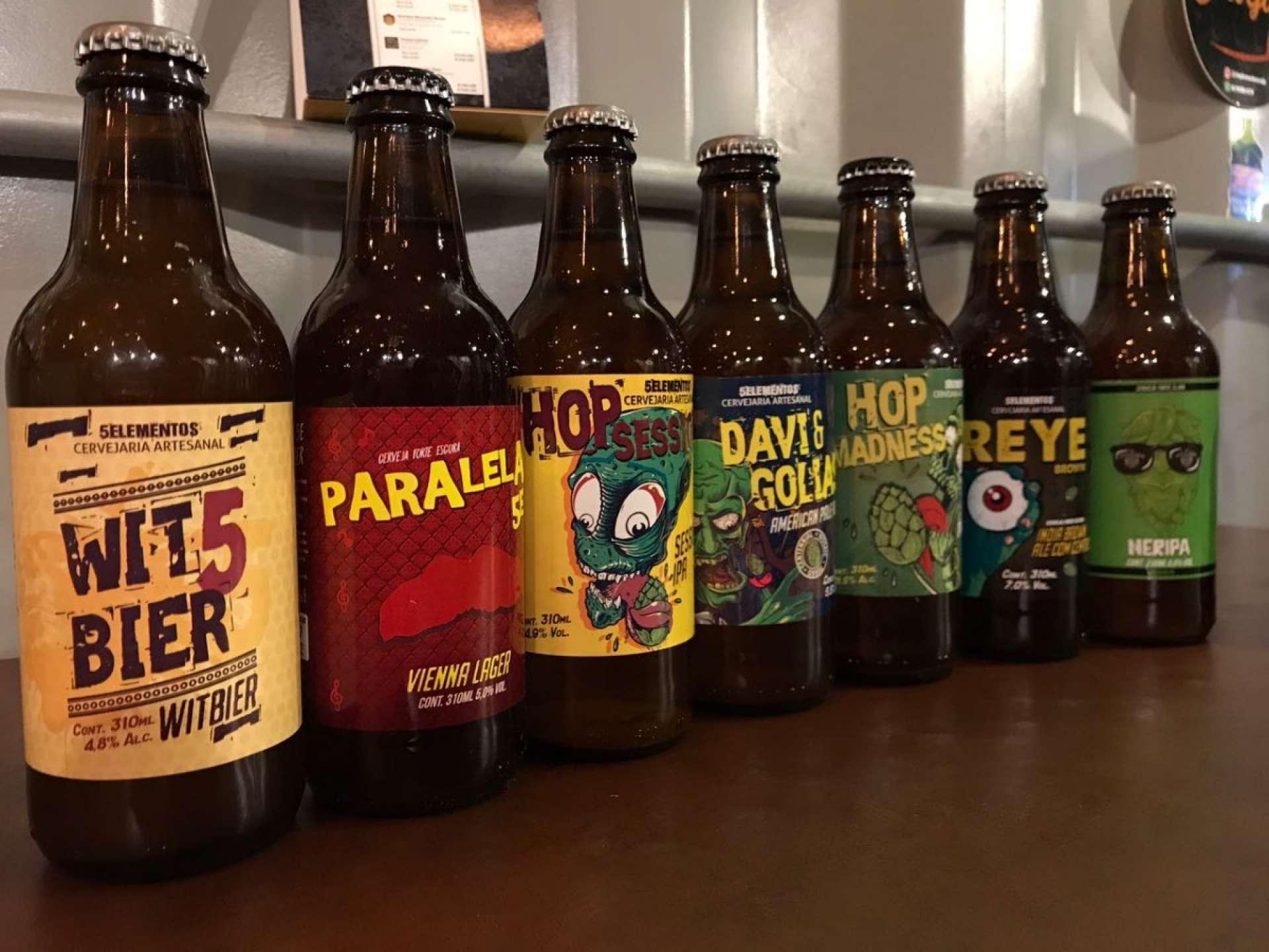 Rótulos da cervejaria Cinco Elementos: informação e identidade da marca (Foto: divulgação)