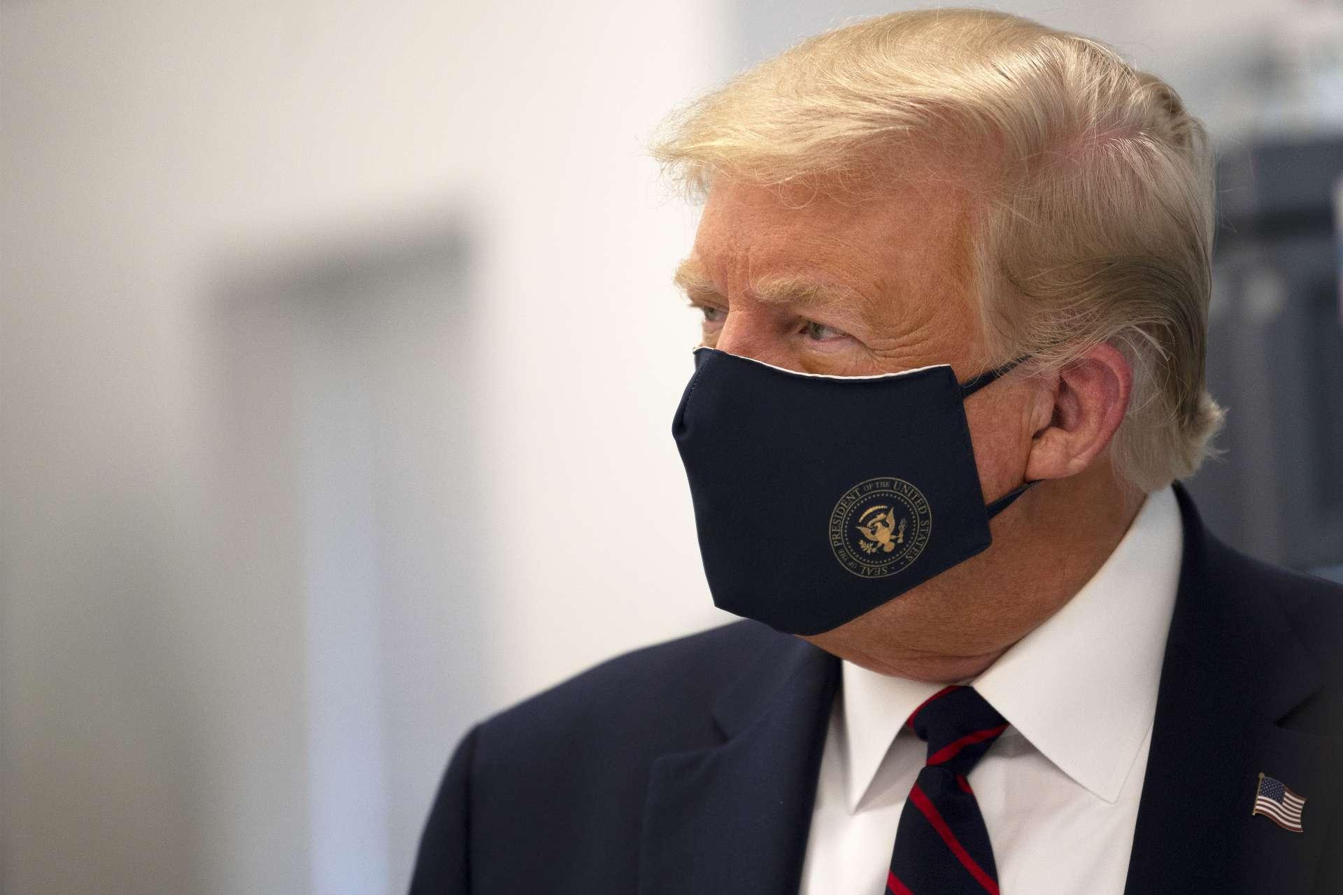 Após minimizar por meses os efeitos da pandemia do novo coronavírus, Donald Trump passou, a partir de julho, a usar máscara publicamente e dizer que fazer uso dela é um ato patriótico