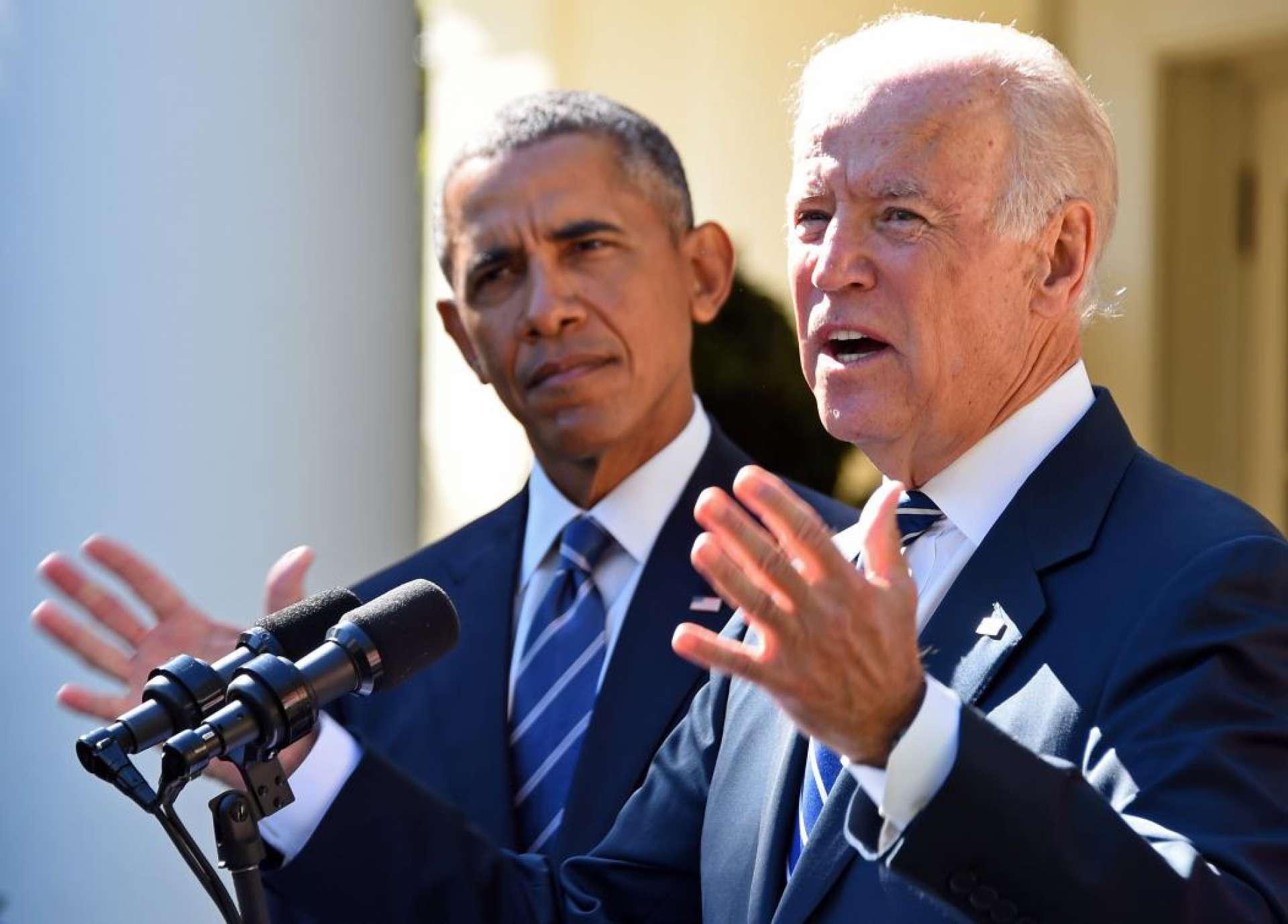 Ex-presidente dos EUA, Barack Obama (E), observa o então vice-presidente dos EUA Joe Biden (D) falando no Rose Garden na Casa Branca em 21 de outubro de 2015, em Washington, DC. Biden anunciava na ocasião que não está concorrendo à presidência.