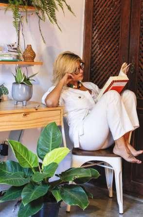 Carolina Serra divide morada com seu ateliê de botânica, o Ateliê 1078. A conexão com a natureza é combustível de renovação neste período de isolamento. Na foto ao lado, ela com a mãe e sócia Eveline Soares.
