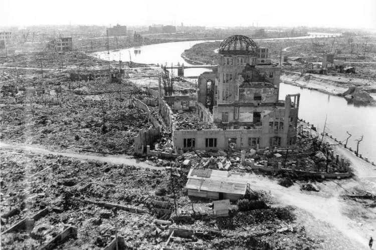 (ARQUIVOS) Esta foto de arquivo tirada em novembro de 1945 pelo Exército dos EUA e divulgada pelo Museu Memorial da Paz de Hiroshima mostra o Dome da bomba atômica, três meses após a bomba atômica ter sido lançada pelo bombardeiro B-29 Enola Gay sobre a cidade de Hiroshima . - O Japão, em 6 de agosto de 2020, marcará 75 anos desde o primeiro ataque a bomba atômica do mundo, com a pandemia de coronavírus COVID-19 forçando uma redução das cerimônias anuais para comemorar as vítimas.  (Foto: MUSEU MEMORIAL DA PAZ HIROSHIMA)