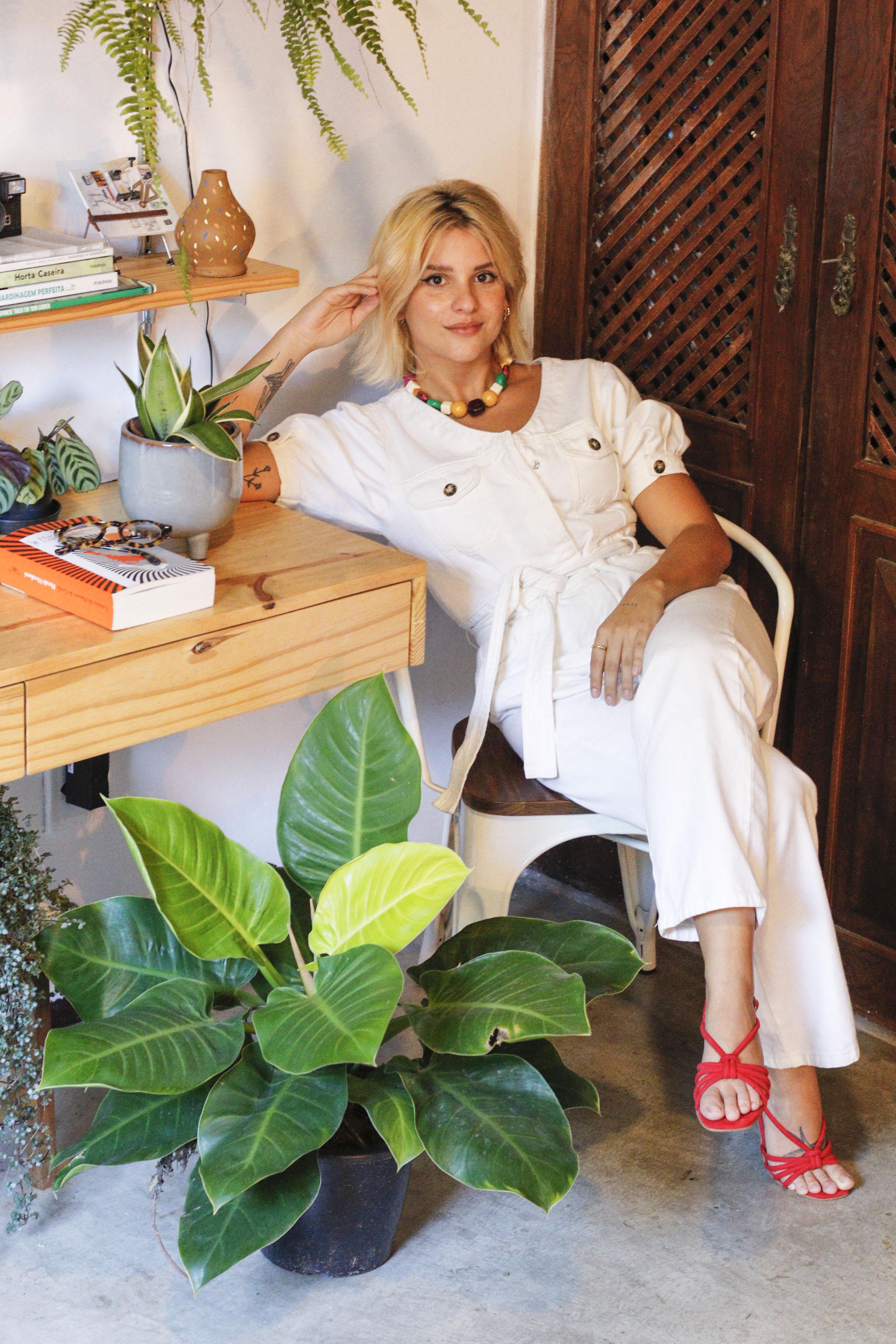 Carolina Serra divide morada com seu ateliê de botânica, o Ateliê 1078. A conexão com a natureza é combustível de renovação neste período de isolamento, sempre trazendo reflexões para suas formas de morar (BARBARA MOIRA/ O POVO)