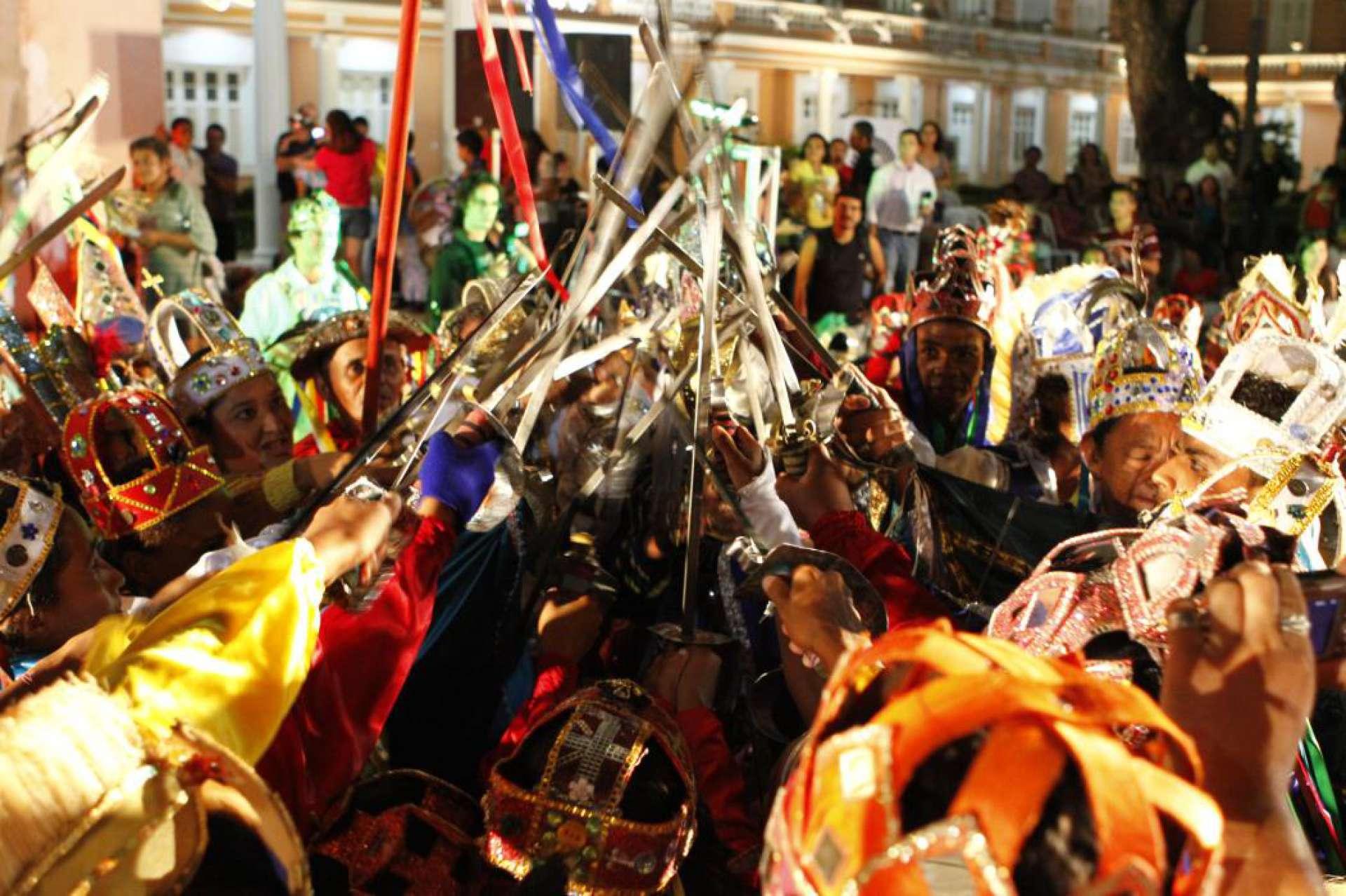 Festas populares e espaços de culturas originárias, tradicionais e populares puderam pedir subsídio para manutenção pela Lei Aldir Blanc por parte dos municípios. Na foto, apresentação de reisado na Reitoria da UFC