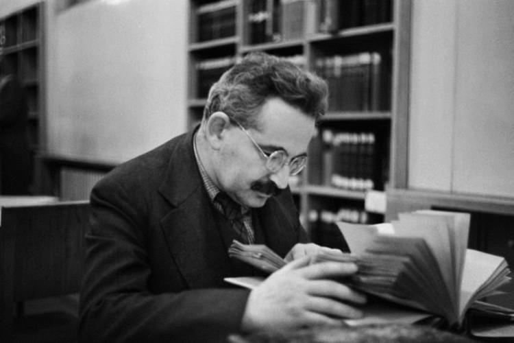 Walter Benjamin na Biblioteca Nacional de Paris, local onde Georges Bataille escondeu os manuscritos do filósofo alemão durante a ocupação alemã em Paris