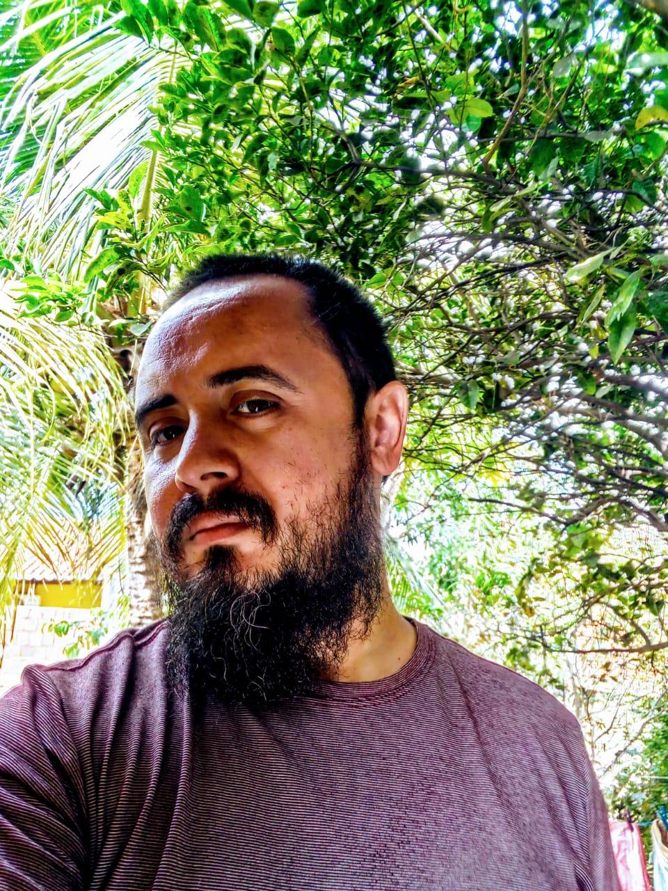 Abrahão Sampaio, filósofo e professor, é autor de um livro que aborda a obra Passagens de Walter Benjamin
