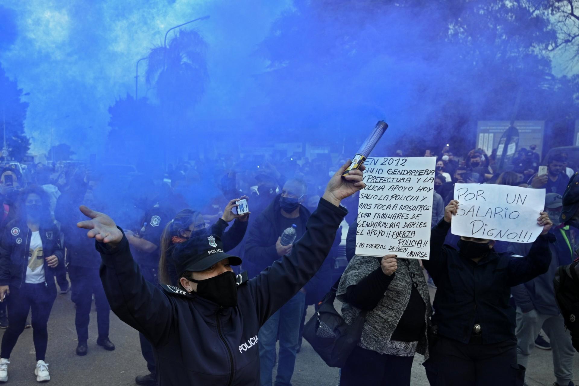 Policiais da polícia da província de Buenos Aires soltam fumaça azul em meio à demanda por aumento de salários e melhores condições de trabalho em La Matanza, província de Buenos Aires, Argentina, em 9 de setembro de 2020, em meio à nova pandemia de coronavírus. (Foto de JUAN MABROMATA / AFP)