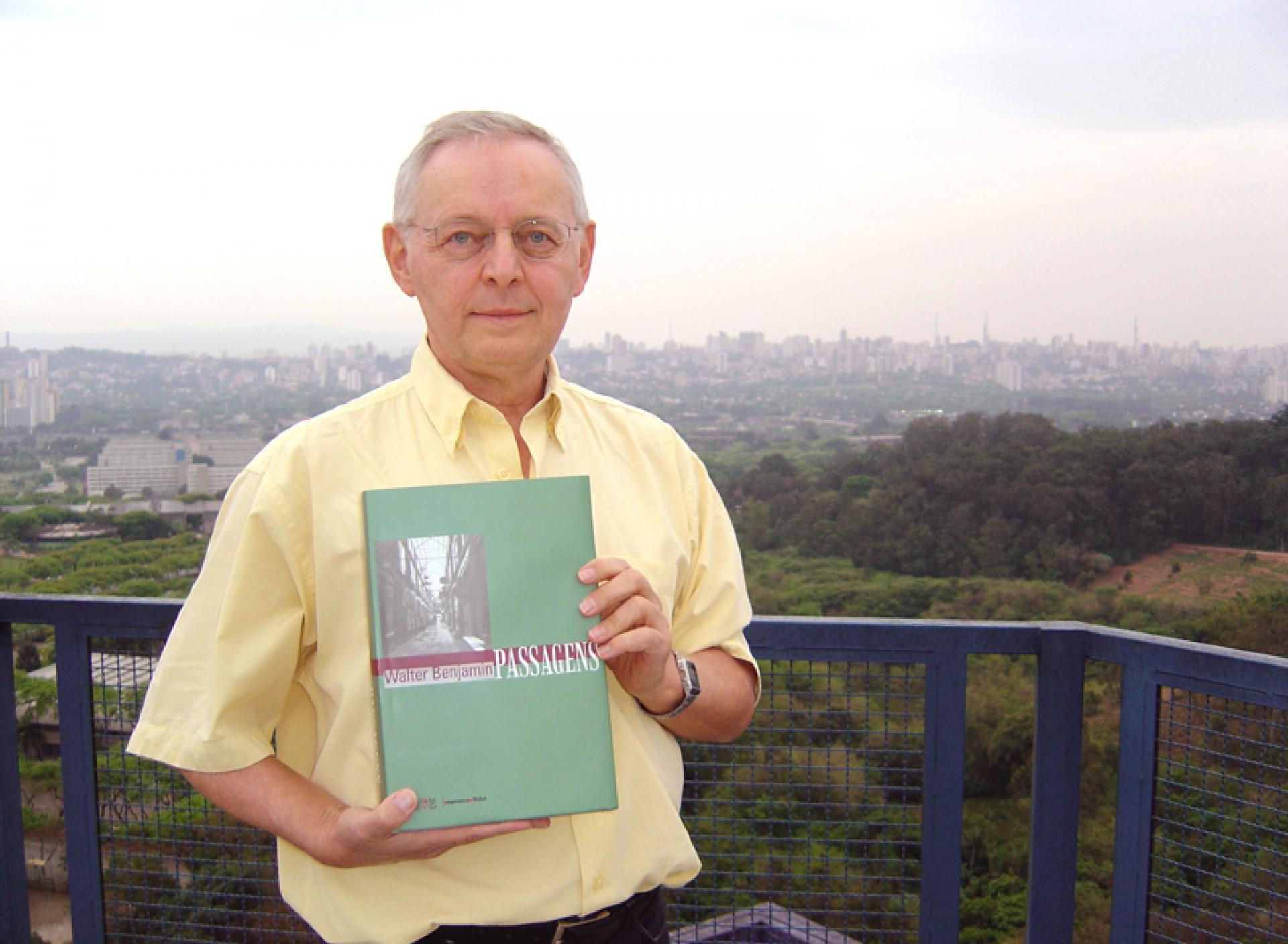 Willi Bolle com a edição brasileira das Passagens, de Benjamin Bolle