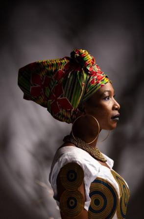A artista Fanta Konatê, nascida em uma aldeia no interior da Guiné-Conacri, fará show junto com a Trupe DJEMBEDON.