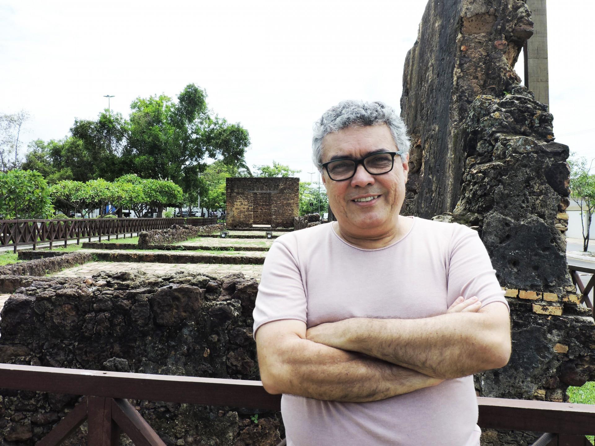 Flávio Paiva em Caxias, no Maranhão, durante expedição para elaboração do livro 'Toque de Avançar' (Foto: Lucas Paiva)