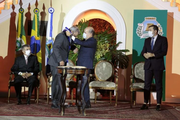 Sarto recebe de Roberto Cláudio a faixa de prefeito de Fortaleza (Foto: AURÉLIO ALVES/O POVO)