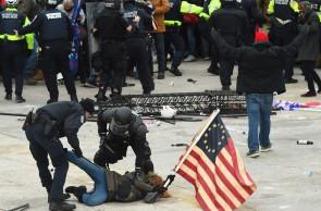 A polícia detém uma pessoa que apoiava o protesto do presidente dos EUA, Donald Trump, em frente ao Capitólio dos EUA em 6 de janeiro de 2021, em Washington, DC. - Os manifestantes violaram a segurança e entraram no Capitólio enquanto o Congresso debatia a Certificação de Voto Eleitoral da eleição presidencial de 2020. (Foto de ROBERTO SCHMIDT / AFP)