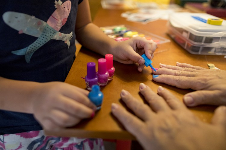 Raul Malu pinta as unhas da avó materna