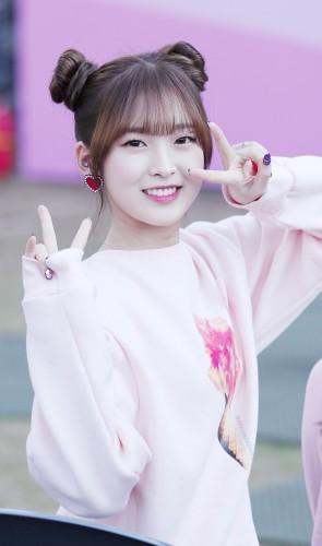 Arin (Oh My Girl), 21. Formada pela Escola de Artes Cênicas de Seul, é atriz, compositora, modelo e apresentadora.