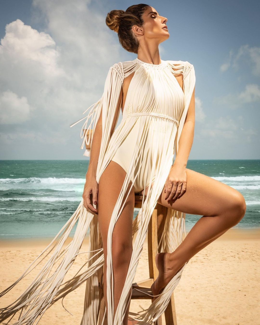 """SONHO DE VERÃO - A peça na modelo e proprietária da Bikiny Society, Paula Villas-Boas, vai além de um item para desfilar. É a realização de """"um sonho feito à mão"""", anunciou Paula, no Instagram, sobre a novidade. Presente na marca desde o início, a técnica de macramê reverbera como um diferencial em seus designs. """"Brazilian soulmade"""" que chama"""