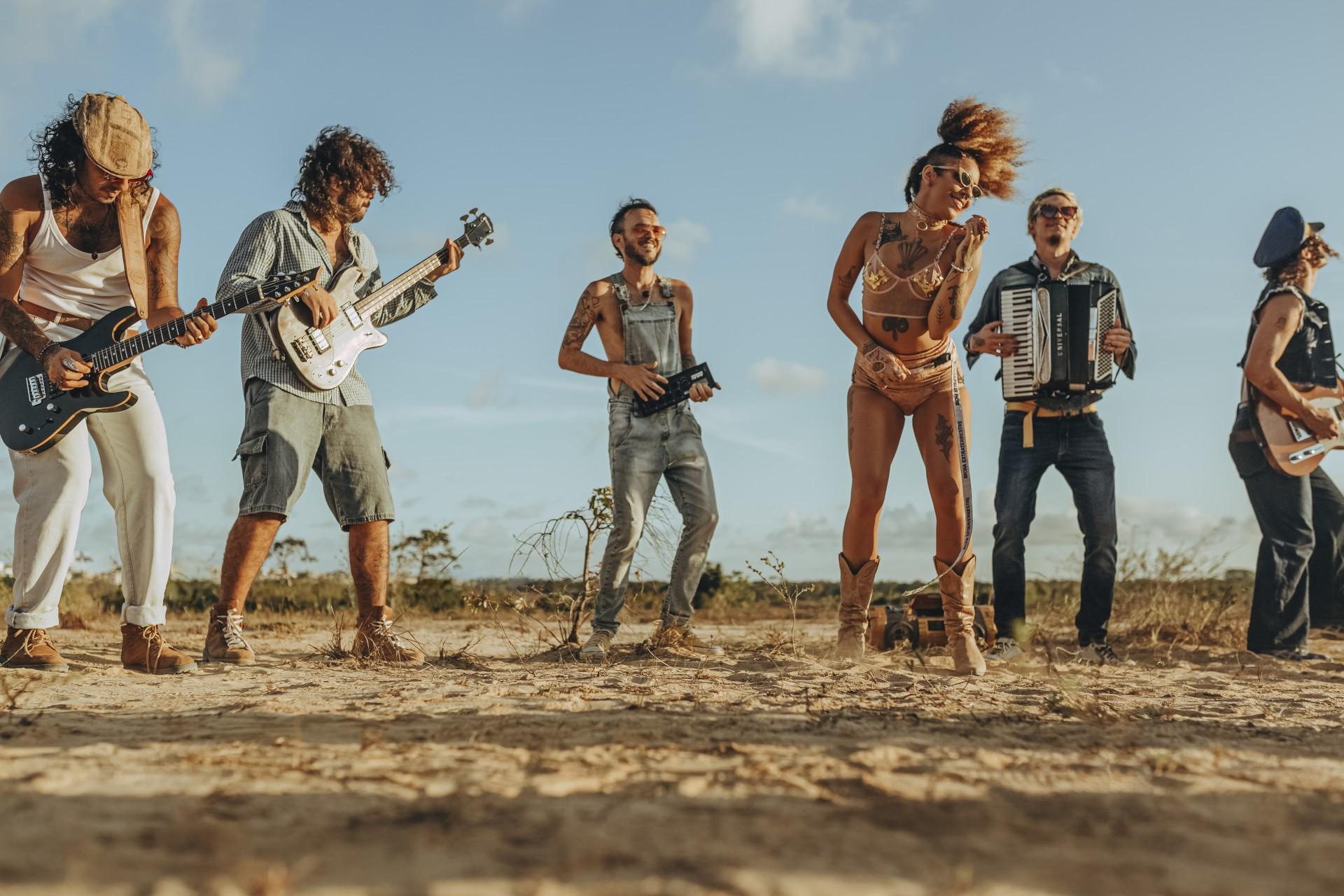 """Luísa Nascim, vocalista da banda Luísa e os Alquimistas, regravou o hit """"Cadernin"""" em versão piseiro ao lado da cantora norte-riograndense Potyguara Bardo."""