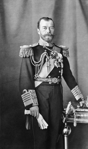 Ainda adolescente, começa a fazer oposição ao czar Nicolau II. Aos 19 anos, após uma greve, fugiu da Polônia para Zurique.