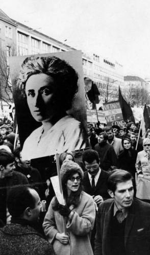 Rosa Luxemburgo tornou-se de ícone da luta feminista. Foi revolucionária no seu tempo ao estudar, militar na política e escrever.