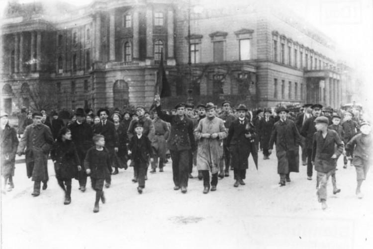 Rosa Luxembergo viveu os anos conturbados da revolução alemã, que fracassou e levou para a prisão muitos dos seus líderes, incluindo ela própria.