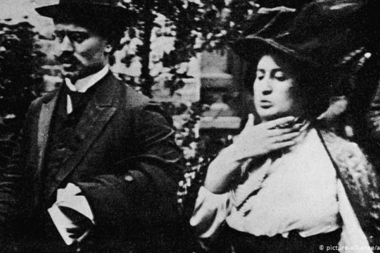 Em 1916, Rosa Luxemburgo e Karl Liebknecht fundaram o grupos Spartakus em oposição