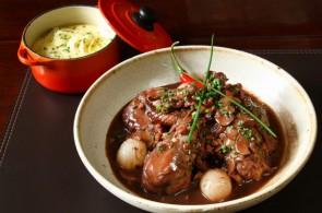Coq au vin, prato típico da culinária francesa, feito à base de carne de galo (opcionalmente frango) e vinho.