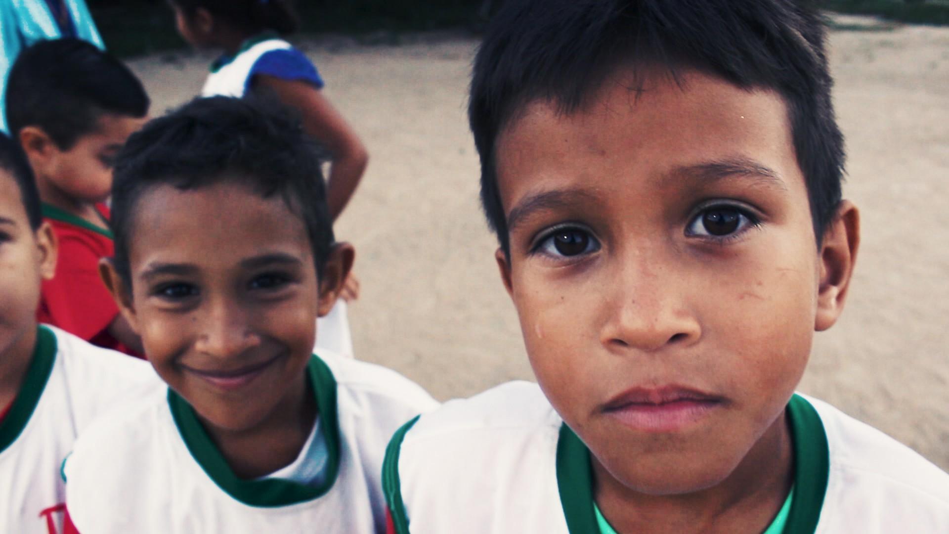 Criado em 2008, o projeto social Meninos de Deus oferece, a partir de treinos de futebol, lições sobre cultura de paz e coletividade (Foto: fotos reprodução)