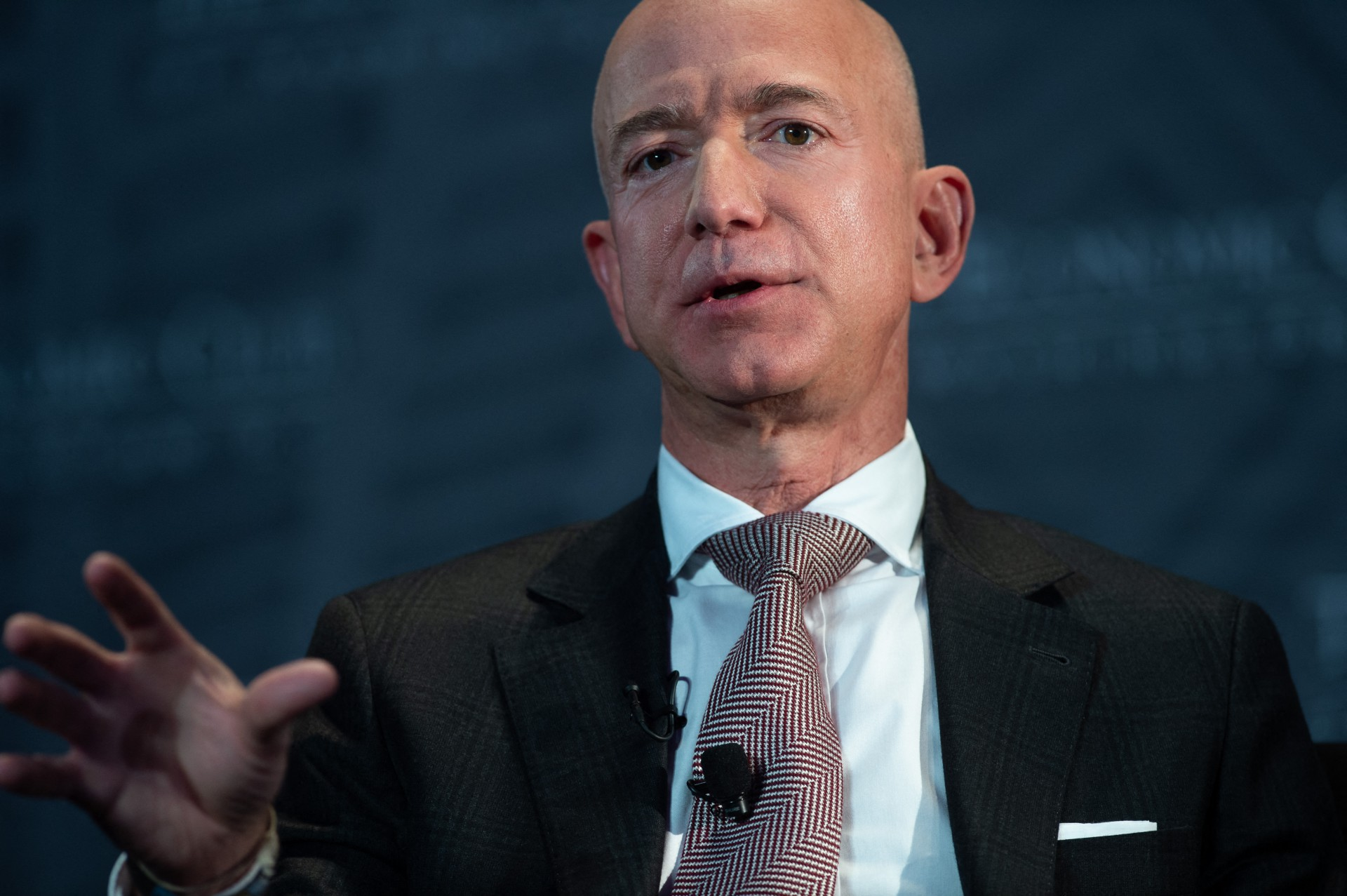 Pelo quarto ano consecutivo, Jeff Bezos é a pessoa mais rica do mundo conforme o levantamento da Forbes. Sua fortuna está estimada em US$ 177 bilhões, US$ 64 bilhões a mais do que no ano passado - resultado do aumento das ações da Amazon