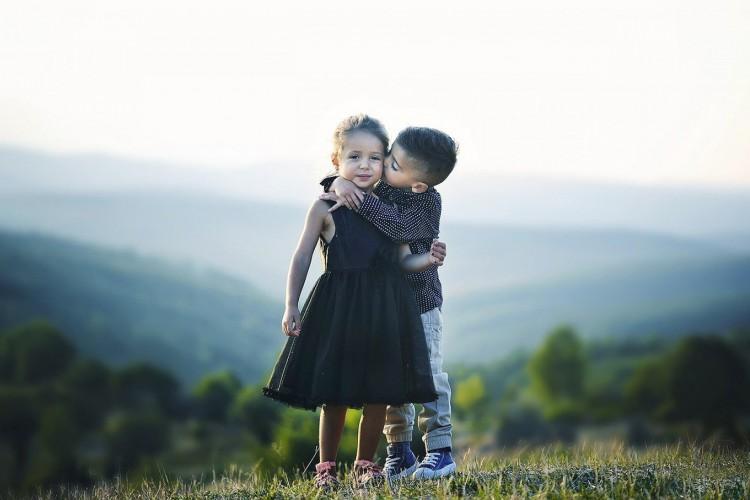 Abraço de crianças