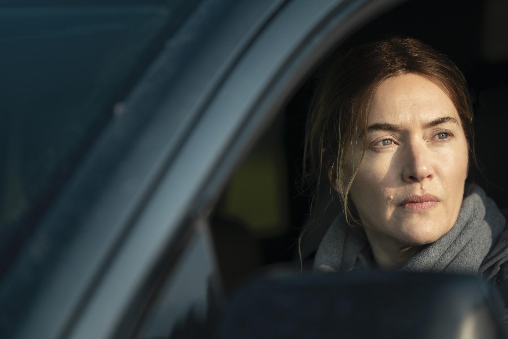 (Foto: HBO / divulgação)A detetive Mare Sheehan (Kate Winslet) tenta evitar que sua vida se despedace enquanto trabalha na investigação de um assassinato em uma pequena cidade da Pensilvânia