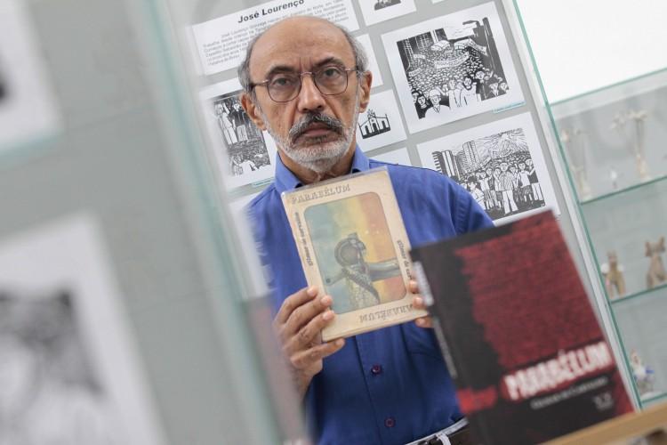 Gilmar de Carvalho com seu livro 'Parabéllum'