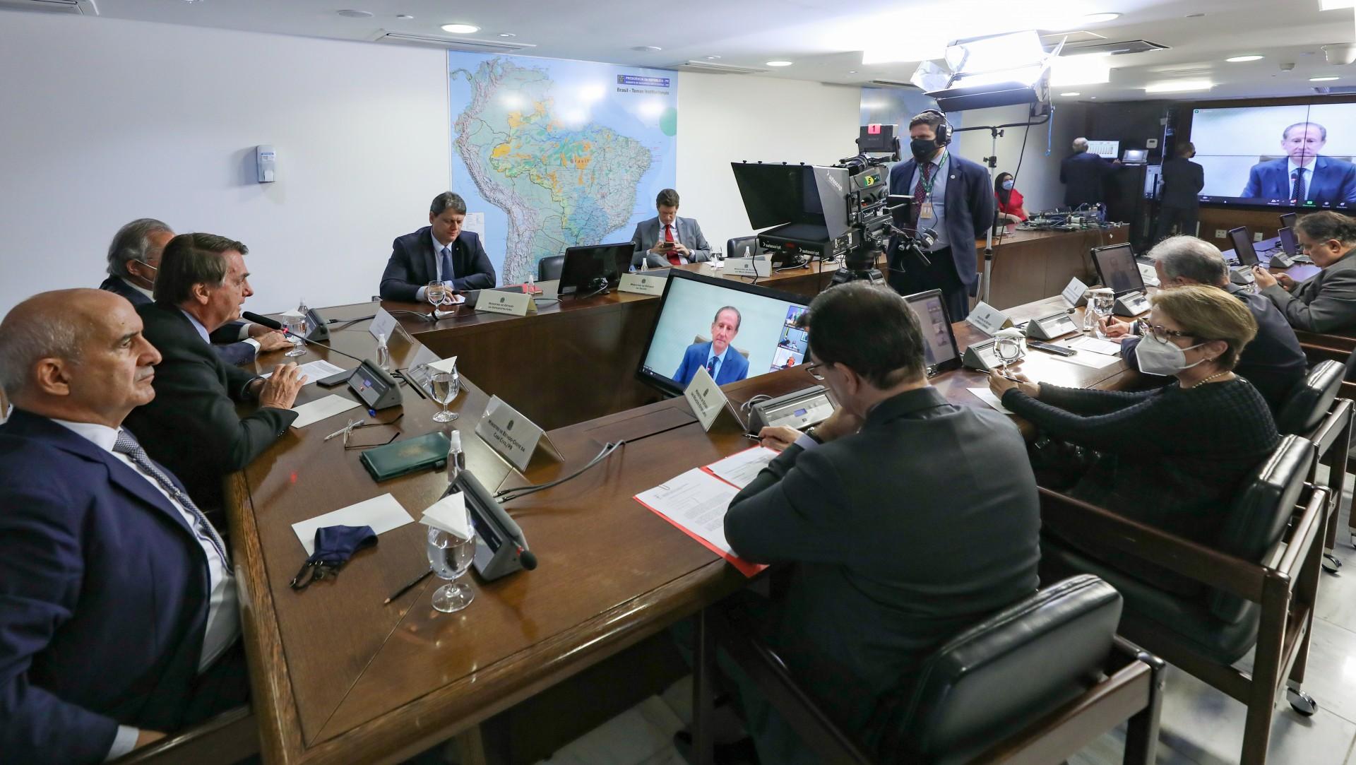 Bolsonaro diz a empresários não temer CPI e é cobrado por meio ambiente