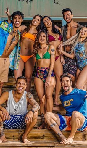 Soltos em Floripa. Também da Amazon, conta com oitos jovens em uma casa de praia luxuosa de Florianópolis.