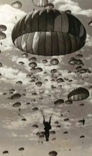 Paraquedas. Antes de atividade de lazer, era usado para fazer invasões e para segurança de aeronaves.