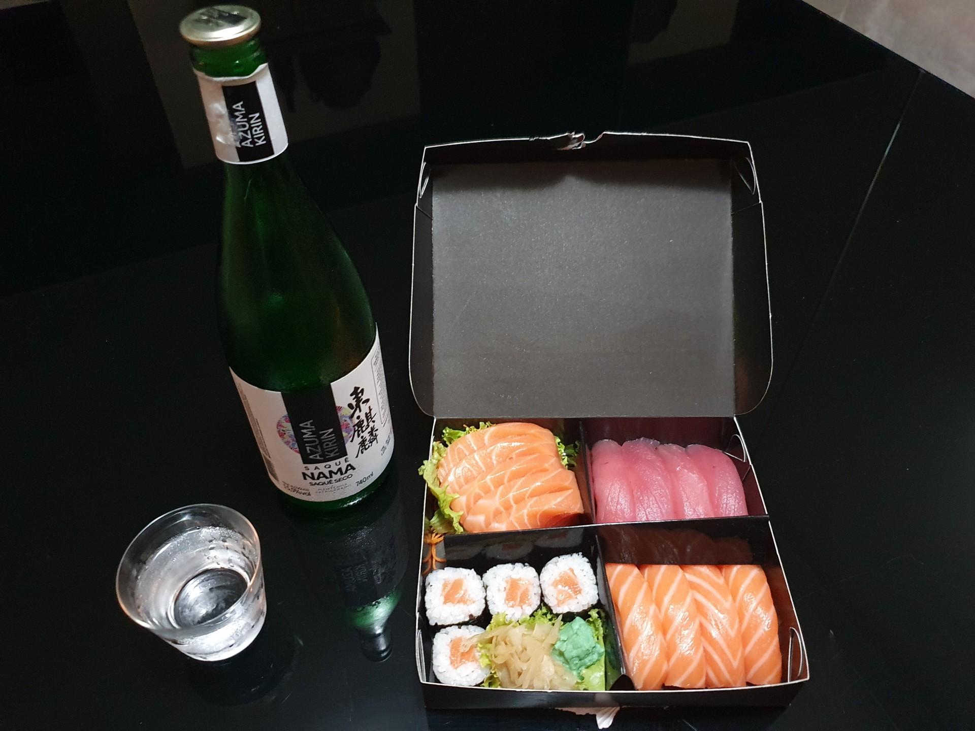 Kit de sushi  harmonizando com sakê (Foto: Divulgação)